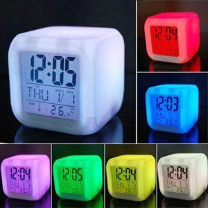 LED budík měnící barvy
