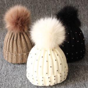Dětská zimní čepice s kamínky a bambulí