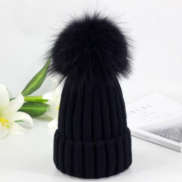 Dámská zimní pletená čepice s bambulí vyrobená z umělé kožešiny