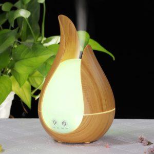Aromatický difuzér v moderním provedení s dálkovým ovládáním. Zvlhčovač vzduchu s dálkovým ovládáním (časově nastavitelný, ovladatelný), který současně čistí vzduch díky svému náladová světlu a modernímu vzhledu, je stylovým doplňkem vašeho domova! V