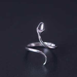 Dámský elegantní stříbrný prsten ve tvaru hada