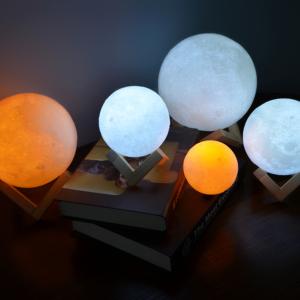 Dotyková LED stolní lampička ve tvaru měsíce