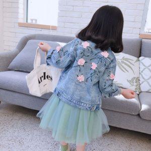 Dětská džínová bunda s květinami na zádech