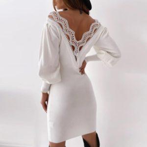 Jednoduché šaty s krajkovým výstřihem na zádech
