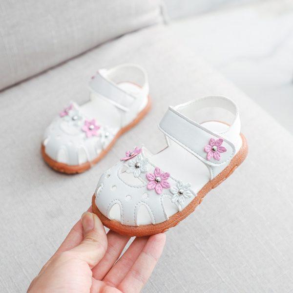 Dětské sandálky s kytičkami na suchý zip