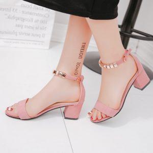 Krásné dámské sandálky se zlatými kameny a na širokém podpatku