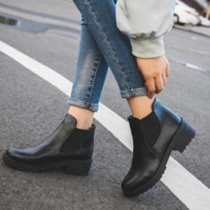 Dámské černé kotníkové boty na platformě