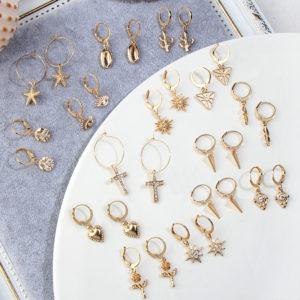 Drobné zlaté dokonalé náušnice různých druhů