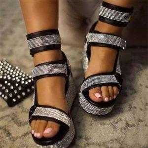 Letní páskové sandálky zdobené kamínky na vysoké platformě